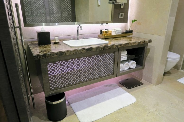 jw marriott sahar mumbai bathroom